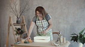 Γυναίκα που τακτοποιεί τα συστατικά τροφίμων στον πίνακα φιλμ μικρού μήκους