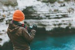 Γυναίκα που ταξιδεύει στην κρύα θάλασσα με τον τρόπο ζωής ταξιδιού καμερών φωτογραφιών Στοκ εικόνες με δικαίωμα ελεύθερης χρήσης