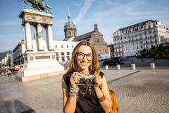 Γυναίκα που ταξιδεύει στην πόλη του Κλερμόν-Φερράν στη Γαλλία Στοκ φωτογραφία με δικαίωμα ελεύθερης χρήσης
