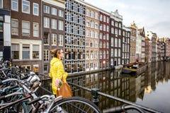 Γυναίκα που ταξιδεύει στο Άμστερνταμ Στοκ Εικόνες