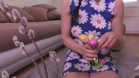 Γυναίκα που ταξινομεί τα αυγά Πάσχας απόθεμα βίντεο