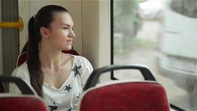 Γυναίκα που ταξιδεύει από το τραμ στην πόλη Δημόσιες συγκοινωνίες επιβατών που προσέχουν την οδό οδηγώντας με tram-car φιλμ μικρού μήκους