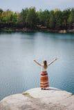 Γυναίκα που ταξιδεύει κοντά στη λίμνη, που αισθάνεται την ελευθερία με τα χέρια επάνω Στοκ εικόνες με δικαίωμα ελεύθερης χρήσης