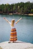 Γυναίκα που ταξιδεύει κοντά στη λίμνη, που αισθάνεται την ελευθερία με τα χέρια επάνω Στοκ Φωτογραφία