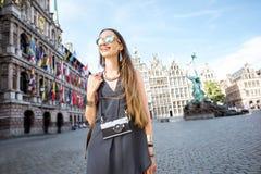 Γυναίκα που ταξιδεύει στην πόλη Antwerpen, Βέλγιο Στοκ φωτογραφία με δικαίωμα ελεύθερης χρήσης