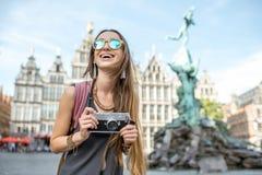 Γυναίκα που ταξιδεύει στην πόλη Antwerpen, Βέλγιο Στοκ φωτογραφίες με δικαίωμα ελεύθερης χρήσης