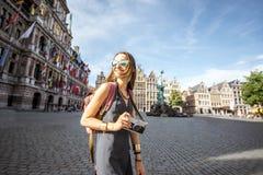 Γυναίκα που ταξιδεύει στην πόλη Antwerpen, Βέλγιο Στοκ εικόνα με δικαίωμα ελεύθερης χρήσης