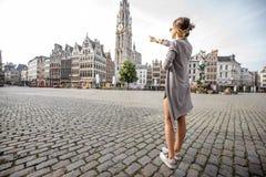 Γυναίκα που ταξιδεύει στην πόλη Antwerpen, Βέλγιο Στοκ Εικόνες