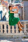 Γυναίκα που ταξιδεύει στην πόλη Dubrovnik Στοκ φωτογραφία με δικαίωμα ελεύθερης χρήσης
