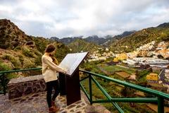 Γυναίκα που ταξιδεύει το νησί Λα Gomera Στοκ φωτογραφία με δικαίωμα ελεύθερης χρήσης