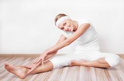 Γυναίκα που τεντώνει τους μυς στοκ φωτογραφία με δικαίωμα ελεύθερης χρήσης
