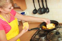 Γυναίκα που τηγανίζει την πασπαλισμένη με ψίχουλα cutlet μπριζόλα χοιρινού κρέατος στο τηγάνι τηγανητών Στοκ Εικόνες