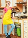 Γυναίκα που τηγανίζει την πασπαλισμένη με ψίχουλα cutlet μπριζόλα χοιρινού κρέατος στο τηγάνι τηγανητών Στοκ φωτογραφία με δικαίωμα ελεύθερης χρήσης