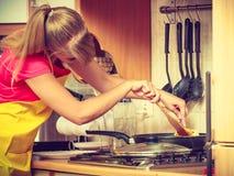 Γυναίκα που τηγανίζει την πασπαλισμένη με ψίχουλα cutlet μπριζόλα χοιρινού κρέατος στο τηγάνι τηγανητών Στοκ φωτογραφίες με δικαίωμα ελεύθερης χρήσης