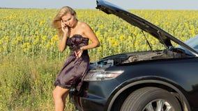 Γυναίκα που τηλεφωνά για τη βοήθεια στοκ φωτογραφία με δικαίωμα ελεύθερης χρήσης