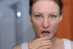 Γυναίκα που τοποθετεί ένα πιάτο δαγκωμάτων στο στόμα της στοκ φωτογραφίες με δικαίωμα ελεύθερης χρήσης