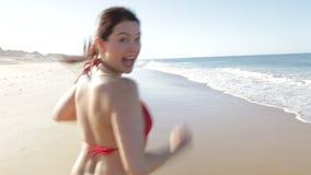 Γυναίκα που τρέχει μακρυά από τη κάμερα στην παραλία φιλμ μικρού μήκους