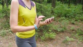 Γυναίκα που τρέχει με τον ιχνηλάτη ικανότητας φιλμ μικρού μήκους