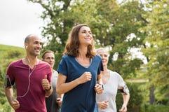 Γυναίκα που τρέχει με τους φίλους στοκ φωτογραφίες με δικαίωμα ελεύθερης χρήσης
