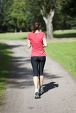 Γυναίκα που τρέχει πίσω Στοκ Εικόνες