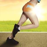 Γυναίκα που τρέχει στην ανατολή με τα μυϊκά πόδια Στοκ εικόνες με δικαίωμα ελεύθερης χρήσης