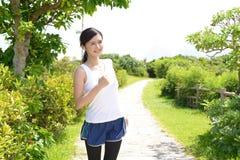 Γυναίκα που τρέχει στο πάρκο Στοκ εικόνες με δικαίωμα ελεύθερης χρήσης