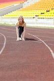 Γυναίκα που τρέχει υπαίθρια να εκπαιδεύσει Στοκ εικόνες με δικαίωμα ελεύθερης χρήσης