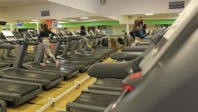 Γυναίκα που τρέχει treadmill σε μια λέσχη ικανότητας απόθεμα βίντεο