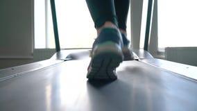 Γυναίκα που τρέχει treadmill στη γυμναστική, σε αργή κίνηση απόθεμα βίντεο