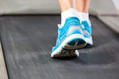 Γυναίκα που τρέχει treadmill Στοκ Εικόνα