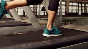 Γυναίκα που τρέχει treadmill απόθεμα βίντεο