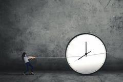Γυναίκα που τραβά ένα μεγάλο ρολόι Στοκ φωτογραφίες με δικαίωμα ελεύθερης χρήσης