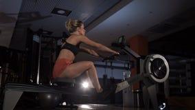Γυναίκα που τραβά σκληρά το γυμναζόμενο απόθεμα βίντεο