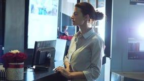 Γυναίκα που τρυπά την πιστωτική κάρτα στο τερματικό πληρωμής φιλμ μικρού μήκους