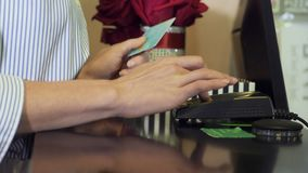 Γυναίκα που τρυπά την πιστωτική κάρτα στο τερματικό πληρωμής απόθεμα βίντεο