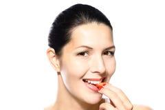 Γυναίκα που τρώει μια νόστιμη ώριμη κόκκινη φράουλα Στοκ Εικόνες
