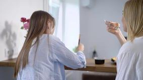 Γυναίκα που τρώει τα σούσια και που εξετάζει τους φίλους απόθεμα βίντεο