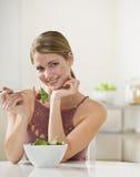 Γυναίκα που τρώει τη σαλάτα Στοκ φωτογραφίες με δικαίωμα ελεύθερης χρήσης