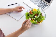 Γυναίκα που τρώει τη σαλάτα κατά τη διάρκεια του μεσημεριανού γεύματος στοκ φωτογραφία με δικαίωμα ελεύθερης χρήσης