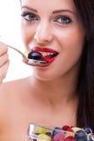 Γυναίκα που τρώει τη σαλάτα φρούτων Στοκ φωτογραφία με δικαίωμα ελεύθερης χρήσης