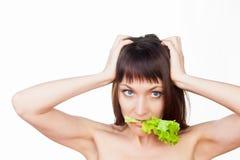 Γυναίκα που τρώει τη σαλάτα στοκ εικόνα