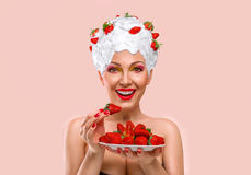 Γυναίκα που τρώει τη φράουλα Στοκ εικόνα με δικαίωμα ελεύθερης χρήσης