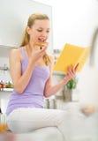 Γυναίκα που τρώει τη φρυγανιά με την κρέμα σοκολάτας Στοκ φωτογραφία με δικαίωμα ελεύθερης χρήσης