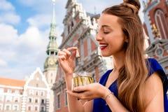 Γυναίκα που τρώει τις κλυπέες στην πόλη της Ρήγας Στοκ φωτογραφίες με δικαίωμα ελεύθερης χρήσης