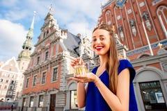 Γυναίκα που τρώει τις κλυπέες στην πόλη της Ρήγας Στοκ Εικόνες