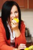 Γυναίκα που τρώει το λεμόνι στοκ φωτογραφίες με δικαίωμα ελεύθερης χρήσης