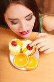 Γυναίκα που τρώει το εύγευστο γλυκό κέικ gluttony Στοκ φωτογραφία με δικαίωμα ελεύθερης χρήσης
