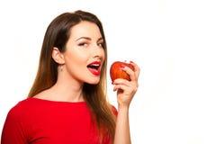 Γυναίκα που τρώει το κόκκινο χαμόγελο φρούτων της Apple που απομονώνεται σε άσπρο Backgroun Στοκ εικόνα με δικαίωμα ελεύθερης χρήσης