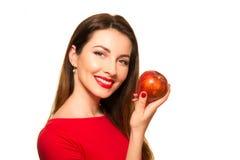 Γυναίκα που τρώει το κόκκινο χαμόγελο φρούτων της Apple που απομονώνεται σε άσπρο Backgroun Στοκ Φωτογραφίες