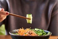 Γυναίκα που τρώει το κύπελλο σπρωξίματος στοκ φωτογραφίες